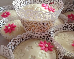 Svatebn_marcip_nov_cupcakes_s_kyti_kou_v_ko_ilce