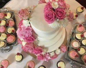 Svatebn_ty_patrov_kv_tinov_dort_s_cupcakes_s_marcip_nem_