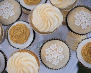 Cupcakes vanilkové s marcipánem - zlatá svatba