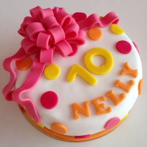 Narozeninový dort s růžovou mašlí a puntíky