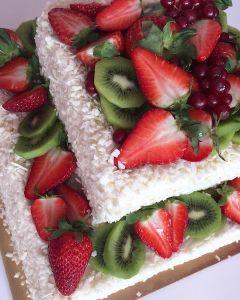 Naked_cake_s_ovocem_a_b_lou_okol_dou