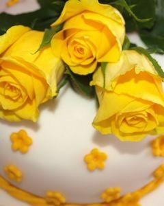 Svatební dort - se žlutými kytičkami a živými žlutými růžemi