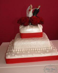 Svatební dort pro boxery - rudé růže a červené stuhy