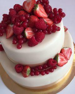 svatební dort - zlatá stuha a červené ovoce