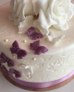 Svatební dort se vzorem - bílé růže a fialoví motýlci