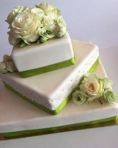 svatební dort 3.p. hranatý se zelenou stuhou a živými růžemi