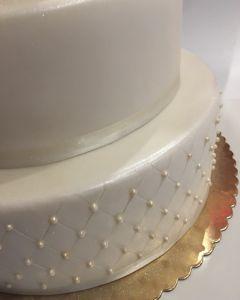 Svatební dort - velký 3.p. fondánový s růžemi a perličkami