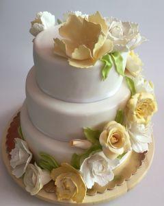 svatební dort - se žlutými a bílými růžemi a květinami z jedlé hmoty