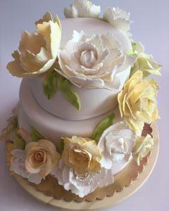 svatební dort - se žlutými a bílými růžemi z jedlé hmoty