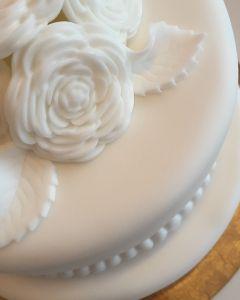 Svatební dort - čistě bílý s růžemi