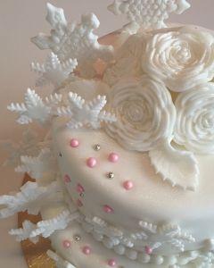 svatební dort - zimní s vločkami a perličkami