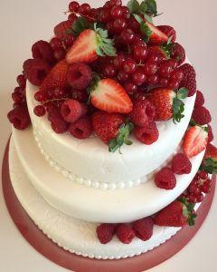 Svatební dort - fondánový s červeným ovocem - jahody, maliny a rybíz