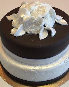 Svatební dort - hnědo-bílý a bílé růže