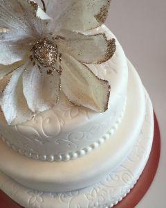 svatební dort s velkou třpytivou květinou
