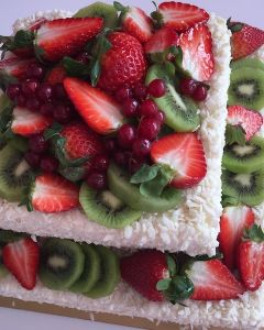 svatební dort hranatý s jahodami, kiwi, rybízem