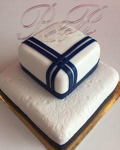 Svatební hranatý dort se vzorem - tmavě modré stuhy