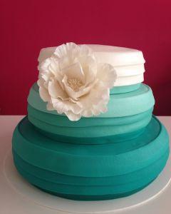svatební dort - tyrkysovo-bílý s bílou květinou