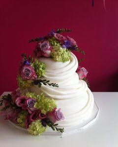 svatební dort - fondánový s živými květinami