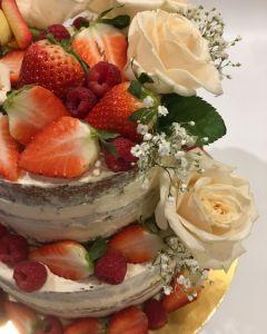 svatební dort - naked cake - nahý dort s ovocem a růžemi