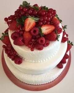 svatební dort - fondánový s červeným ovocem - jahody, maliny, rybíz