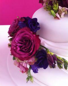 svatební dort - živé růže a frézie