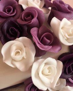 svatební dort hrantý - fialové stuhy a fialové a bílé marcipánové růže