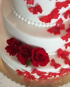 svatební dort - živé červené růže a červení motýlci
