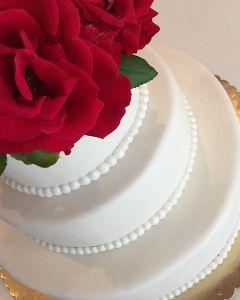 Svatební dort - živé červené růže