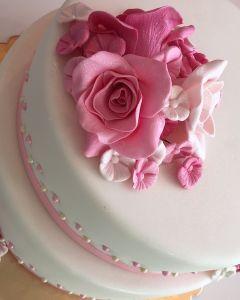 svatební dort 2.p. s růžovou stuhou, růžemi a perličkami