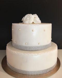 svatební dort 2.p. s růžemi a štrasovou stuhou