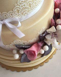 svatební dort marcipánová s krajkou, růžemi a květinami z jedlé hmoty