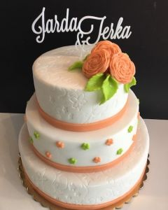 svatební dort - světle oranžové stuhy a růže