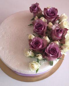 svatební dort s fialovou stuhou - bílé a fialové živé růže