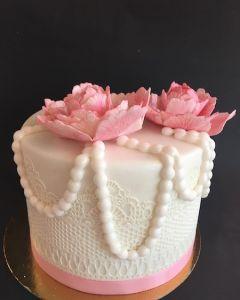 Svatební dort - krajka, perly a růžové květiny