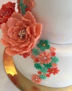 Svatební dort - tyrkysové a korálové květiny