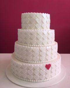 svatební dort se srdíčky