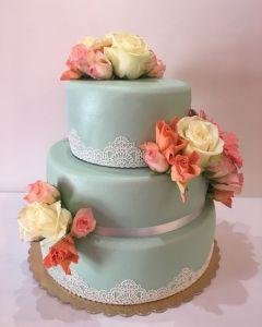 svatební dort - mint s krajkou a s živými květinami