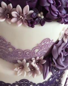 Svatební dort - fialové krajky a květiny
