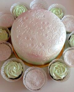 Svatební dort - fondánový s cupcakes