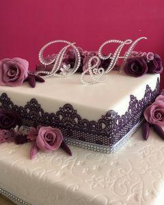 svatební dort - hranatý s fialovou krajkou