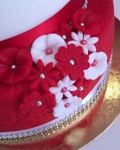 svatební dort - červeno-bílý s čevenými a bílými kytičkami