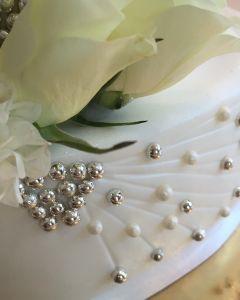 Svatební dort - perličky a bílé živé květiny