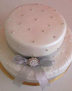 svatební dort - stříbrná stuha s broží