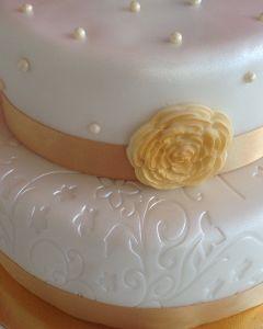svatební dort - figurky, zlatá stuhy a zlatá růže