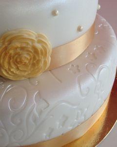 Svatební dort - zlatá stuhy a zlaté růže