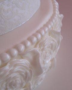 svatební dort fondánový s perličkami a růžemi