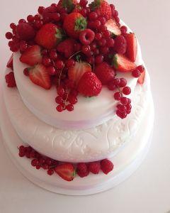 svatební dort - fondánový s červeným ovocem