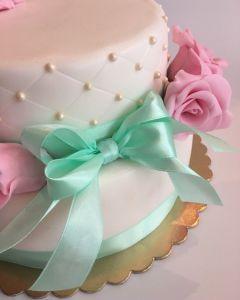 svatební dort - stuha mint a růžové růže