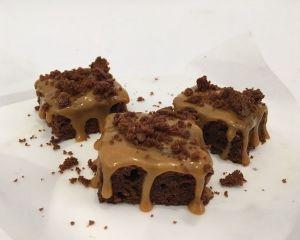 _okol_dov_brownies_s_tekut_m_karamelem