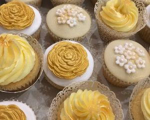 Cupcakes_s_vanilkov_m_kr_mem_z_prav_vanilky_a_s_marcip_nem